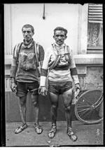 photo de deux forcats en noir et blanc